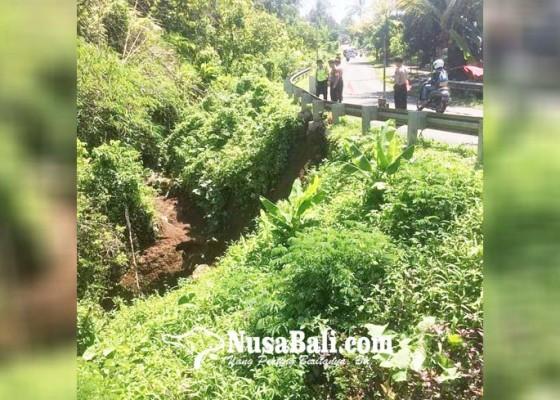 Nusabali.com - hujan-deras-gorong-gorong-longsor-dan-timbulkan-retakan-pada-jembatan