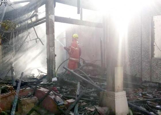 Nusabali.com - diduga-karena-kompor-meledak-rumah-ludes-terbakar