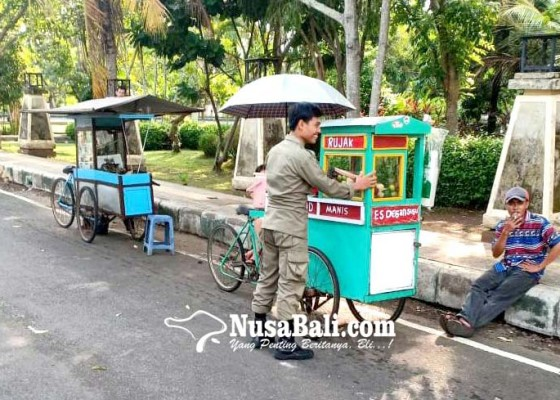 Nusabali.com - satpol-pp-tertibkan-pkl-di-samping-jagatnatha