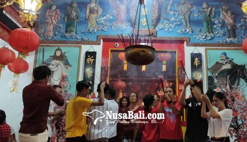 www.nusabali.com-sembahyang-diiringi-angklung-dan-tradisi-bagi-bagi-angpao