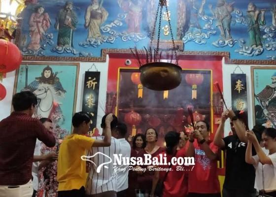Nusabali.com - sembahyang-diiringi-angklung-dan-tradisi-bagi-bagi-angpao