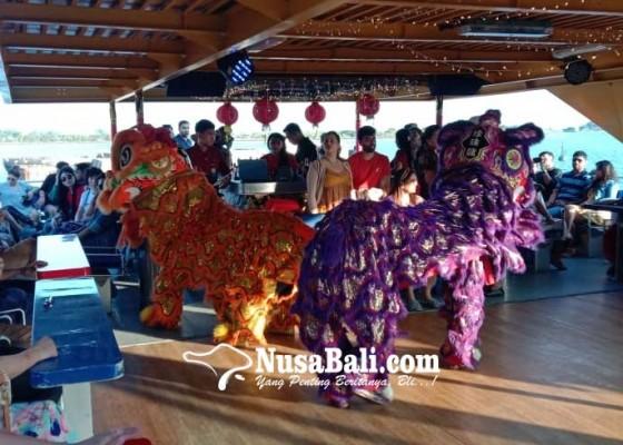 Nusabali.com - imlek-penumpang-bounty-cruise-disuguhi-atraksi-barongsai