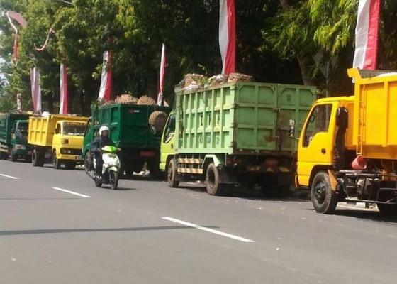 Nusabali.com - petani-hadang-truk-sampah-tpa