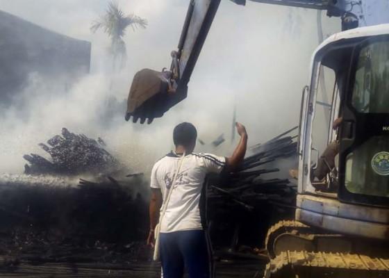 Nusabali.com - gudang-proyek-di-pengosekan-terbakar
