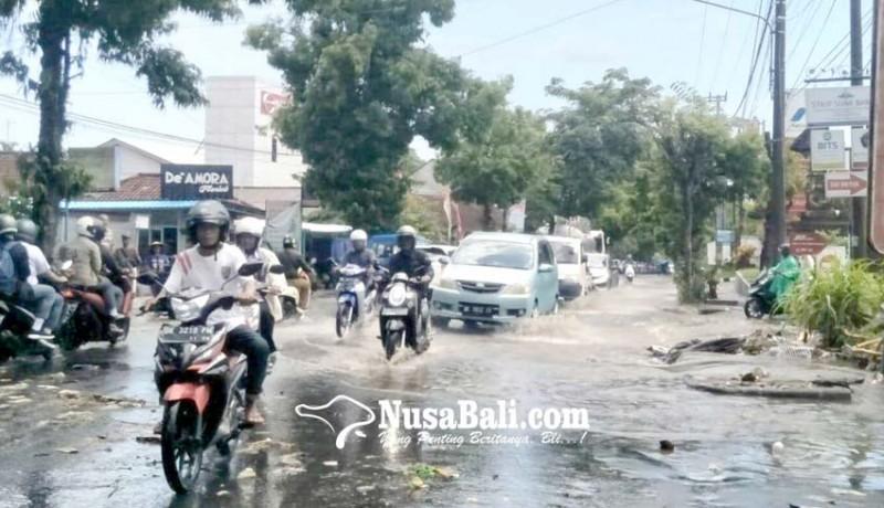www.nusabali.com-jalan-tergenang-air-lalu-lintas-terhambat