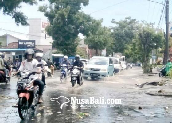Nusabali.com - jalan-tergenang-air-lalu-lintas-terhambat
