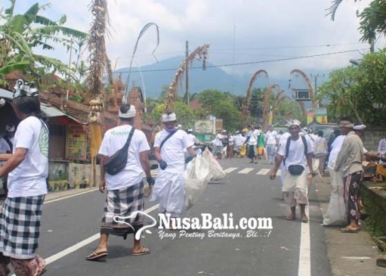 Nusabali.com - komunitas-ikut-ngayah-pungut-sampah-saat-melasti-karya-pangurip-gumi