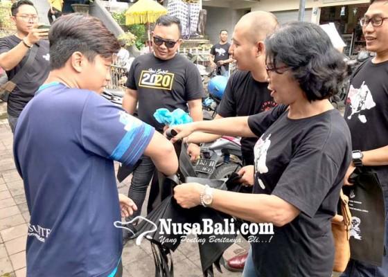 Nusabali.com - sosialisasi-wayan-adyaksa-sambil-bagikan-1000-kantong-belanja