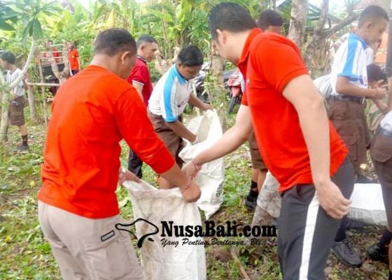 Nusabali.com - mareresik-di-pura-mertasari-kumpulkan-25-kg-sampah-pelastik