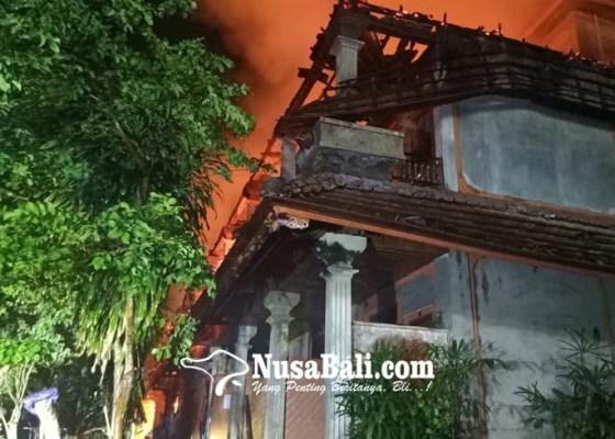 Nusabali.com - panik-sejumlah-penghuni-kos-nekat-melompat-dari-lantai-dua