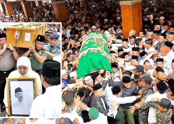 Nusabali.com - tangis-khofifah-pecah-saat-pemakaman-gus-sholah