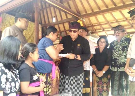 Nusabali.com - wabup-sanjaya-jenguk-korban-patah-tulang-dan-polisi-meninggal