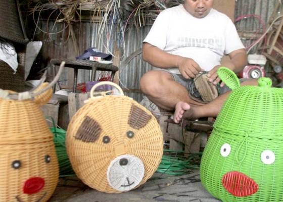 Nusabali.com - anyaman-rotan-terdampak-kelesuan-ekonomi