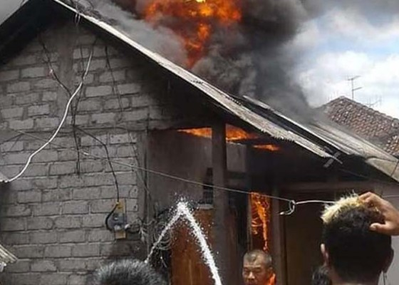 Nusabali.com - dipicu-api-dupa-rumah-pamangku-pura-jagatnatha-jembrana-terbakar