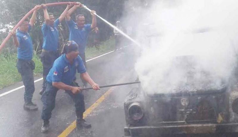 www.nusabali.com-terbakar-mobil-vw-tinggal-kerangka
