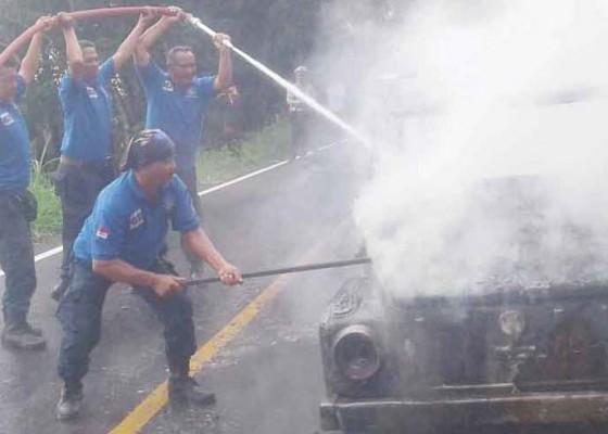 Nusabali.com - terbakar-mobil-vw-tinggal-kerangka