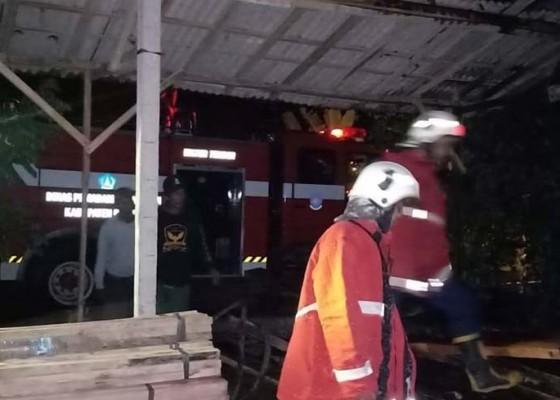Nusabali.com - diduga-akibat-puntung-rokok-kayu-dan-mesin-pemotong-terbakar