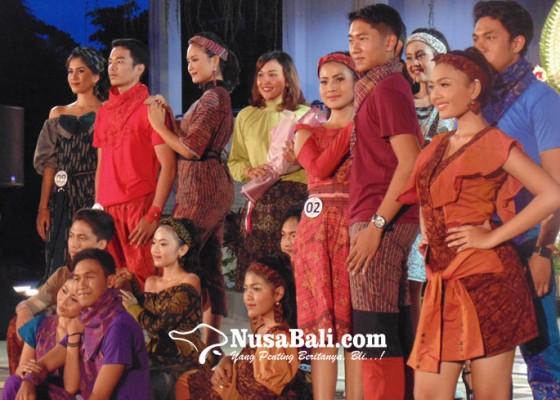 Nusabali.com - teruna-teruni-denpasar-peragakan-busana-endek-casual-sporty