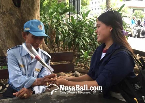 Nusabali.com - berbagi-hangatnya-kasih-sayang-ecsi-stiki-bagikan-cokelat-dan-bunga