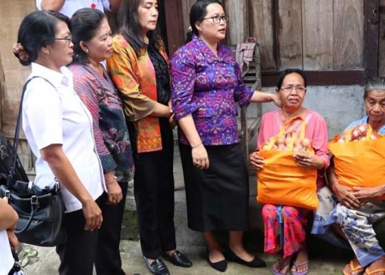 Nusabali.com - ny-seniasih-giri-prasta-serahkan-sembako-di-kecamatan-petang
