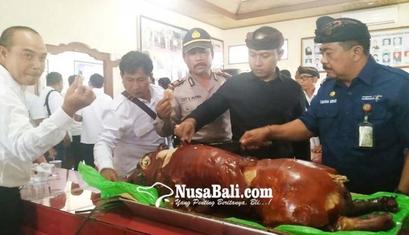 www.nusabali.com-kecamatan-marga-kampanye-makan-babi-bersama