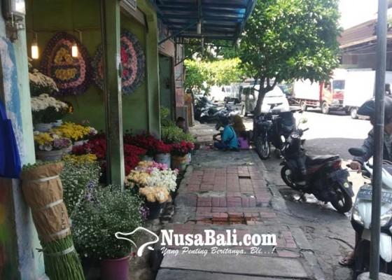 Nusabali.com - jelang-valentine-pedagang-bunga-sepi-pembeli