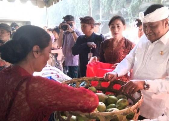 Nusabali.com - pangkas-harga-petani-jualan-di-pasar-umum-gianyar