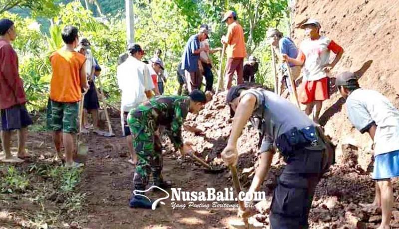 www.nusabali.com-warga-banjar-sega-bersihkan-material-longsor