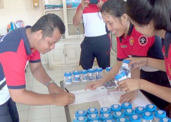 Nusabali.com - 50-pegawai-dan-15-napi-rutan-negara-dites-urine