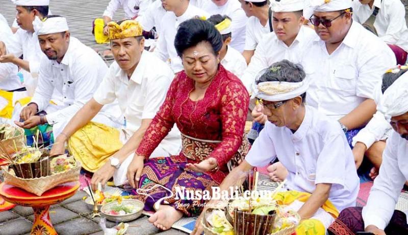 www.nusabali.com-mas-sumatri-sukerana-ikuti-upacara-upasaksi