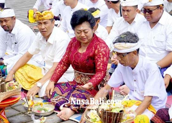 Nusabali.com - mas-sumatri-sukerana-ikuti-upacara-upasaksi
