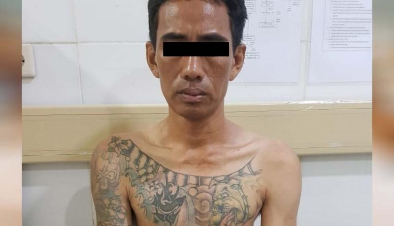 www.nusabali.com-dipatuk-ular-saat-bobol-gudang-maling-diringkus-di-rs