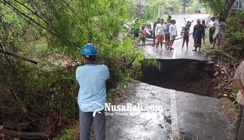 www.nusabali.com-jembatan-penghubungtinga-tinga-dan-pengulon-dihancurkan-air-bah