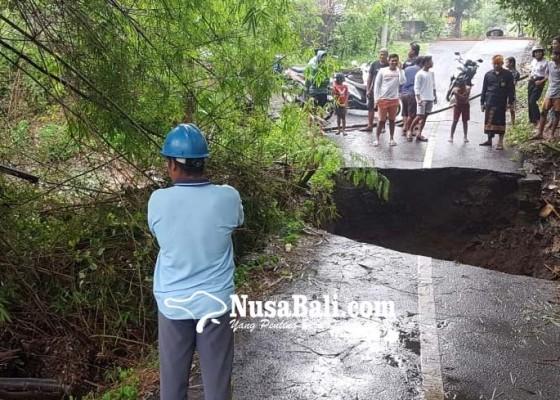 Nusabali.com - jembatan-penghubungtinga-tinga-dan-pengulon-dihancurkan-air-bah