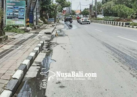 Nusabali.com - pipa-pdam-bocor-air-meluber-ke-jalan