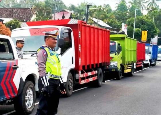 Nusabali.com - lewat-di-jalur-wisata-truk-pengangkut-pasir-dirazia