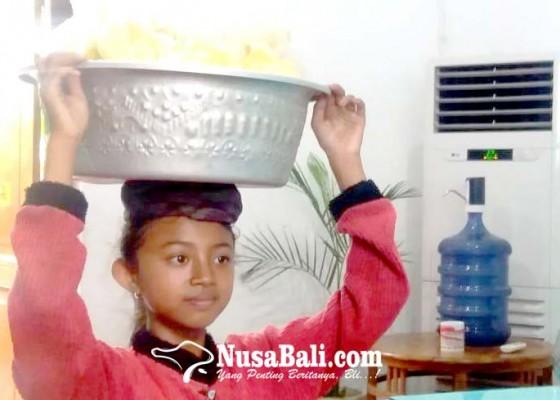 Nusabali.com - sepulang-sekolah-keliling-berjualan-nangka