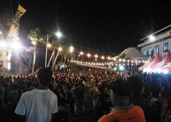 Nusabali.com - warga-padati-acara-hiburan-di-acm-rambutsiwi-saat-galungan
