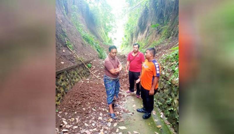www.nusabali.com-tanah-longsor-tutup-akses-jalan-taman-beji-ambengan