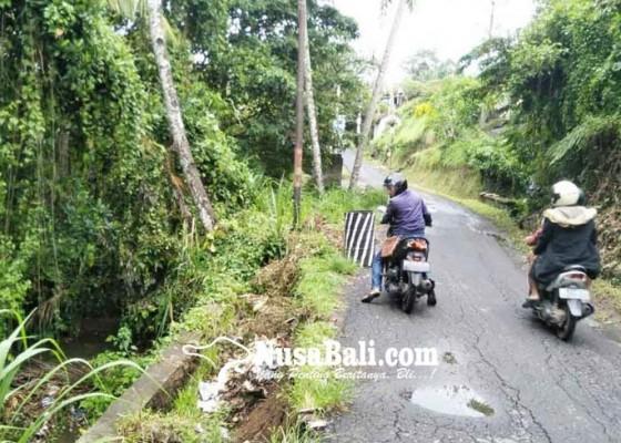 Nusabali.com - dpt-ambrol-bahu-jalan-tergerus