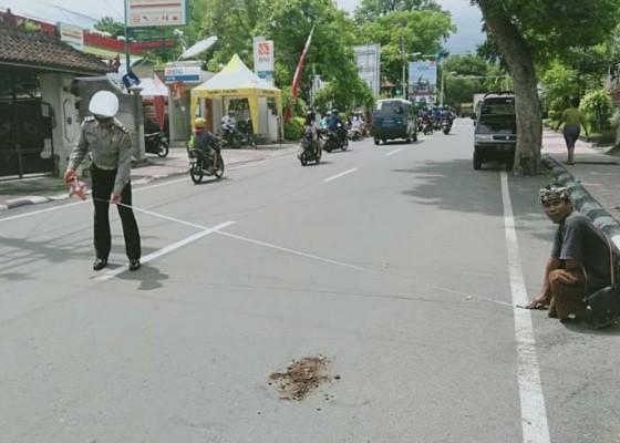 Nusabali.com - hendak-menyeberang-kakek-diseruduk-pengendara-motor