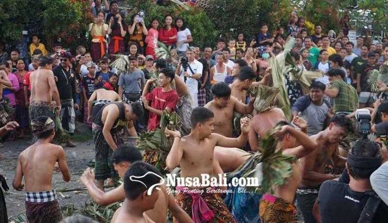 www.nusabali.com-saling-pukul-dan-lempar-bersenjatakan-alas-bekas-pembuatan-jaja-uli