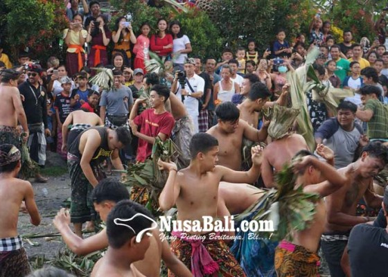 Nusabali.com - saling-pukul-dan-lempar-bersenjatakan-alas-bekas-pembuatan-jaja-uli