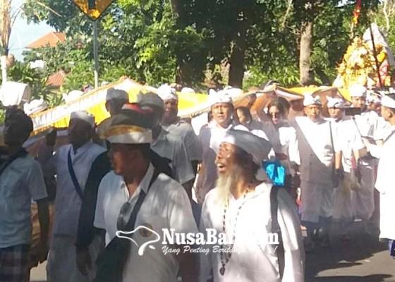 Nusabali.com - warga-pasek-melasti-di-pantai-goa-lawah