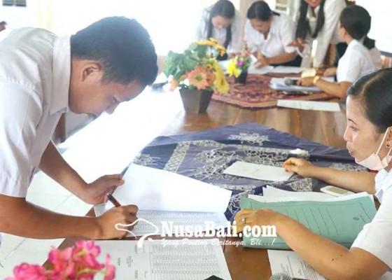 Nusabali.com - disdikpora-karangasem-perpanjang-kontrak-1011-tu-dan-guru