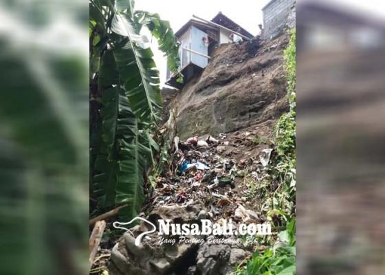 Nusabali.com - senderan-rumah-longsor-ibu-diselamatkan-anaknya