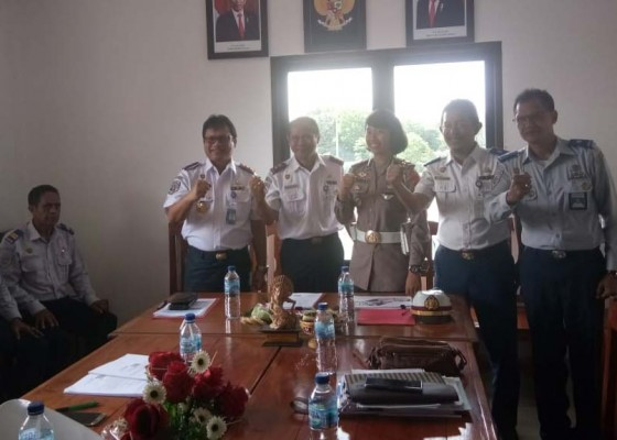 Nusabali.com - jelang-pelarangan-truk-odol-pegawai-uppkb-cekik-tandatangani-pakta-integritas
