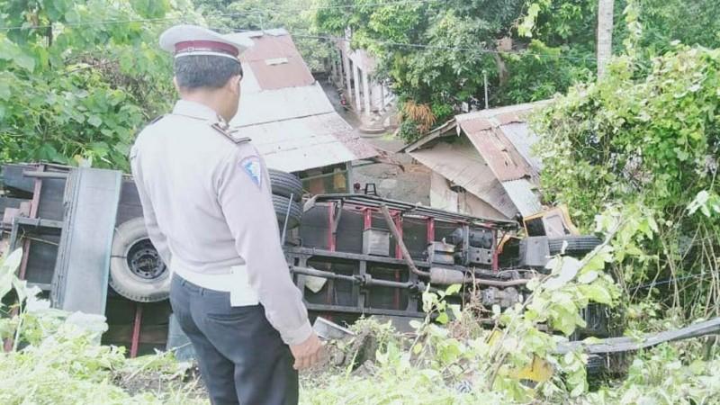 www.nusabali.com-rem-blong-truk-nyaris-masuk-jurang