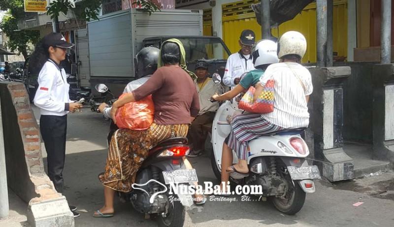 www.nusabali.com-demi-kejar-topi-sarjana-tidak-gengsi-bantu-ayah-jadi-juru-parkir