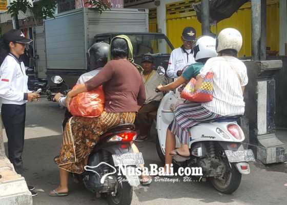 Nusabali.com - demi-kejar-topi-sarjana-tidak-gengsi-bantu-ayah-jadi-juru-parkir